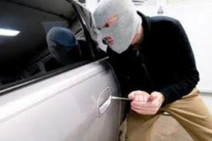 На Алтае четверо молодых мужчин угнали такси и надругались над пассажиркой