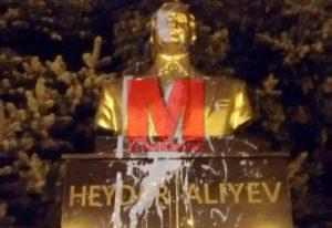В столице Румынии бюст Гейдара Алиева залили краской