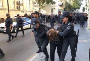 В Баку полиция разогнала санкционированный пикет: Участники разорвали плакат с портретом Ильхама Алиева