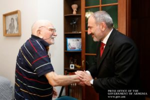 Премьер-министр Армении в Москве встретился с Арменом Джигарханяном