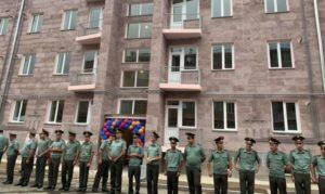 Новое жилье армянским офицерам: Давид Тоноян лично срезал ленточки