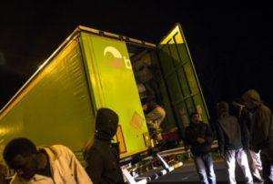 У дальнобойщика грузина в фуре нашли 41 мигранта