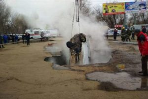 В Пензе автомобиль провалился в яму с кипятком, двое погибли