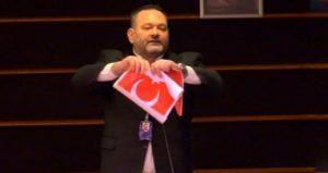 Греческий депутат Европарламента порвал турецкий флаг