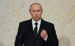 Путин согласился с предложением увольнять чиновников за оскорбление россиян