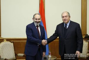 Никол Пашинян поздравил Армена Саркисяна с днем рождения