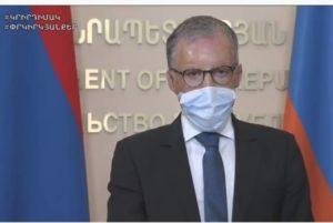По заверению французского врача, ношение масок может способствовать преодолению эпидемии