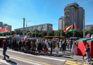 На Площади Незавсимости в Минске, где пройдет митинг в поддержку Лукашенко, собрались около 400 человек