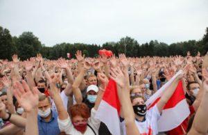 Десятки тысяч человек по всей Беларуси выходят на митинги против Лукашенко