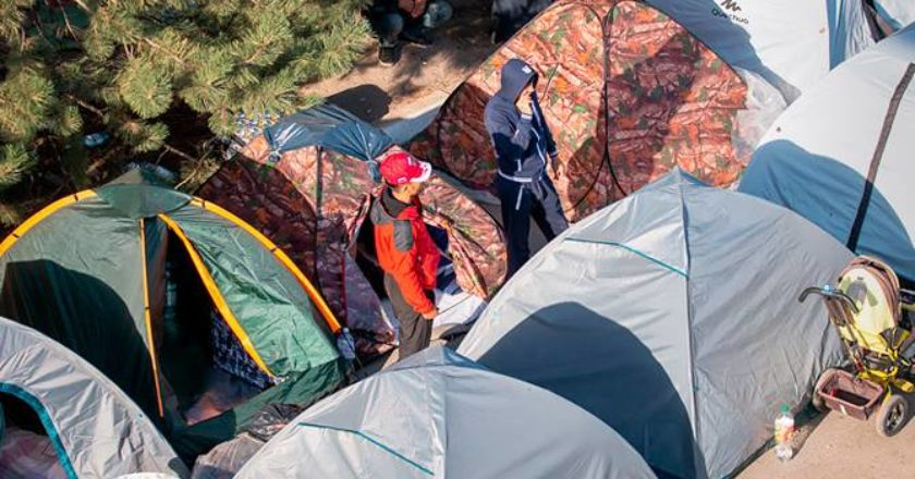 Тысячи узбекских гастарбайтеров собрались в палаточном лагере под Самарой