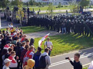 Перед многотысячным шествием к дворцу Лукашенко согнали ОМОН и БТРы