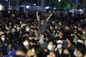 «Мы здесь власть!»: тысячи жителей Таиланда осадили дворец короля