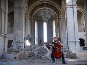 Известная турецкая писательница поделилась видео с виолончелистом, играющим в соборе Шуши