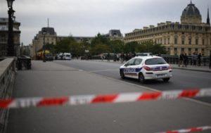 В пригороде Парижа мужчина обезглавил школьного учителя. Он показывал ученикам карикатуры на пророка Мухаммеда