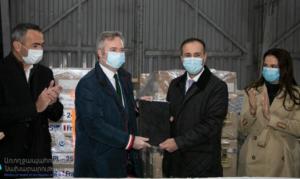 Министр здравоохранения Армении принял второй борт с гумпомощью из Франции