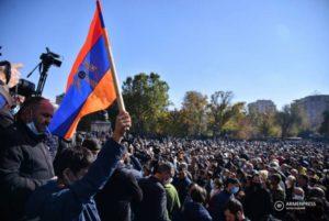 На площади Свободы стартовал инициированный представителями 16 партий митинг