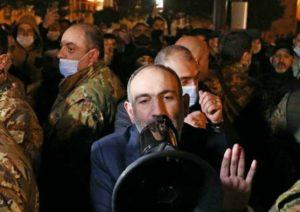 Никол Пашинян попросил своих сторонников остановить митинг у здания правительства