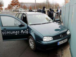 Автомобиль въехал в ворота офиса канцлера ФРГ: пострадал человек