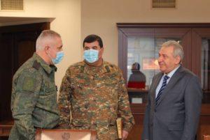 Министр обороны Армении принял командующего российским миротворческим контингентом в Арцахе