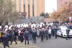 Участники шествия в Ереване передали письмо в посольство России