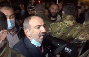 Пашинян вышел к своим сторонникам и попросил разойтись по домам