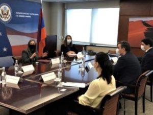 Посол США в Армении осудила акты насилия в отношении пленных