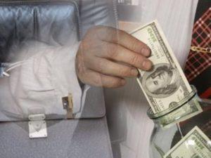 В Казахстане госслужащим запретили держать счета в иностранных банках