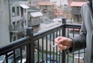 Курение на балконе: запретили или нет?