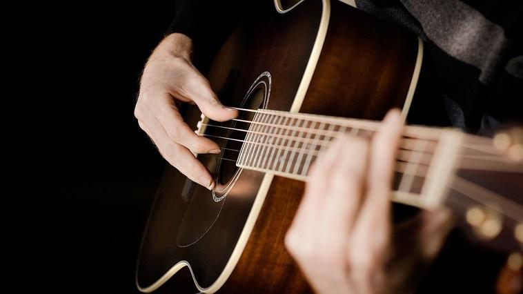 С чего начать обучение игре на гитаре?